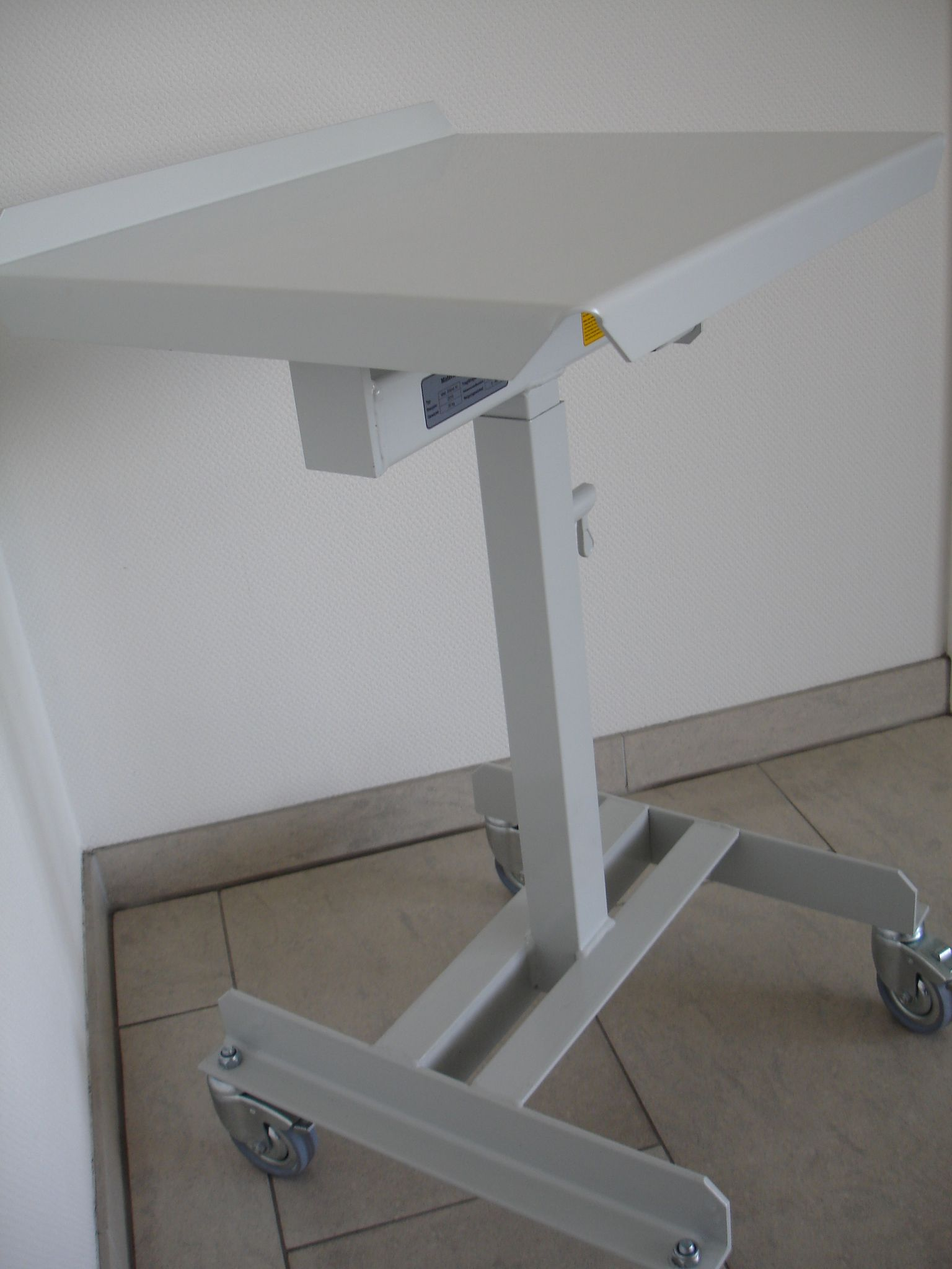 Materialständer, Arretierung durch Federriegel im 30mm Raster.